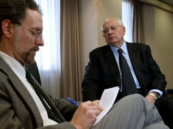 Steve Buttry interviewing Mikhail Gorbachev